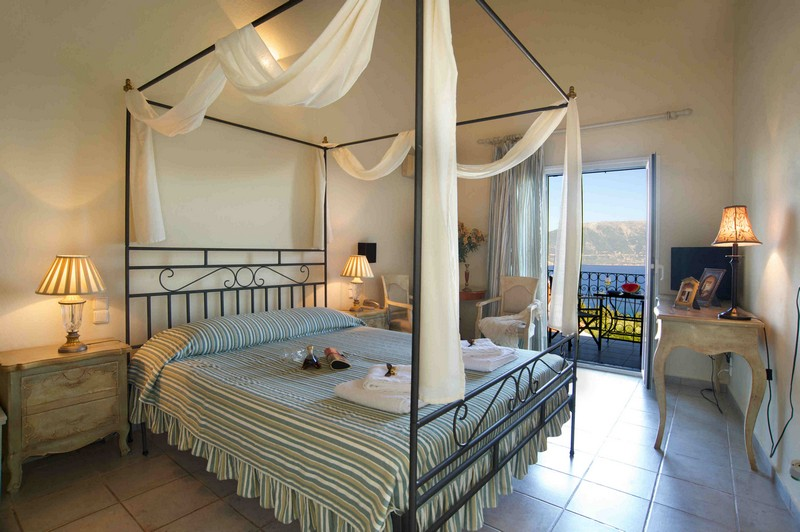 Agnantia_Junior-Suite_One-four-poster-bed_Honeymoon_Romantic_Offer-6